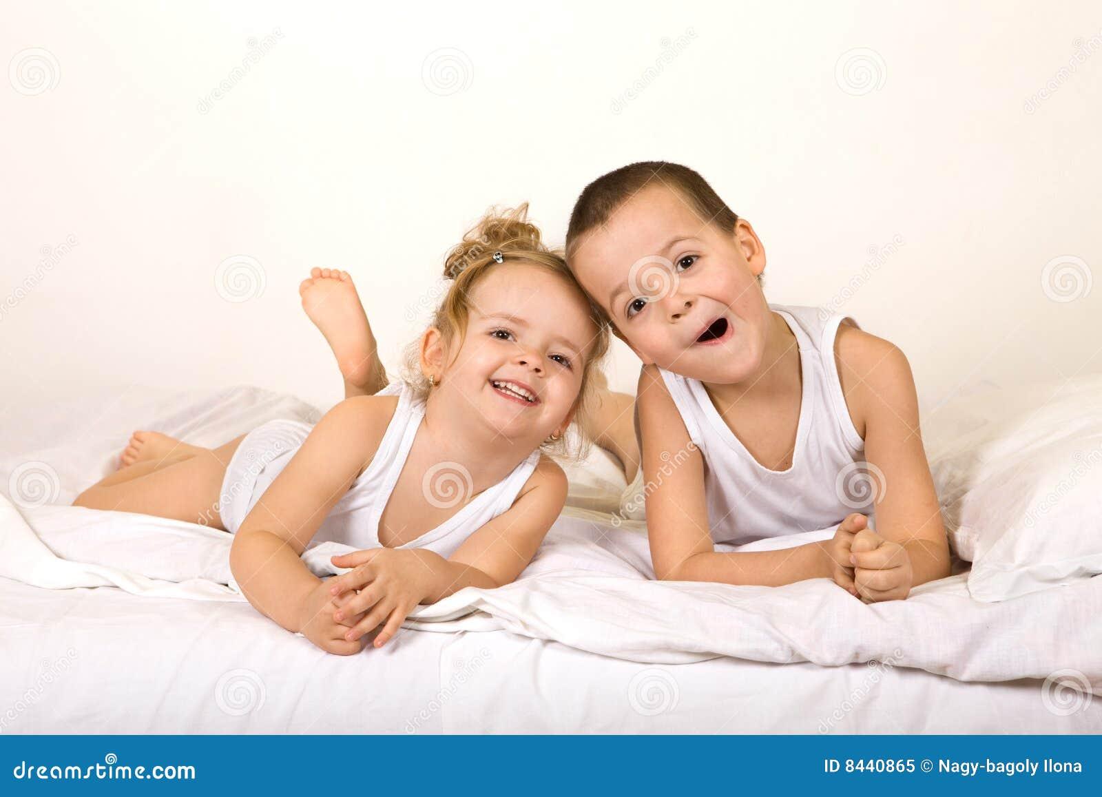 Kinder, die Spaß im Bett haben