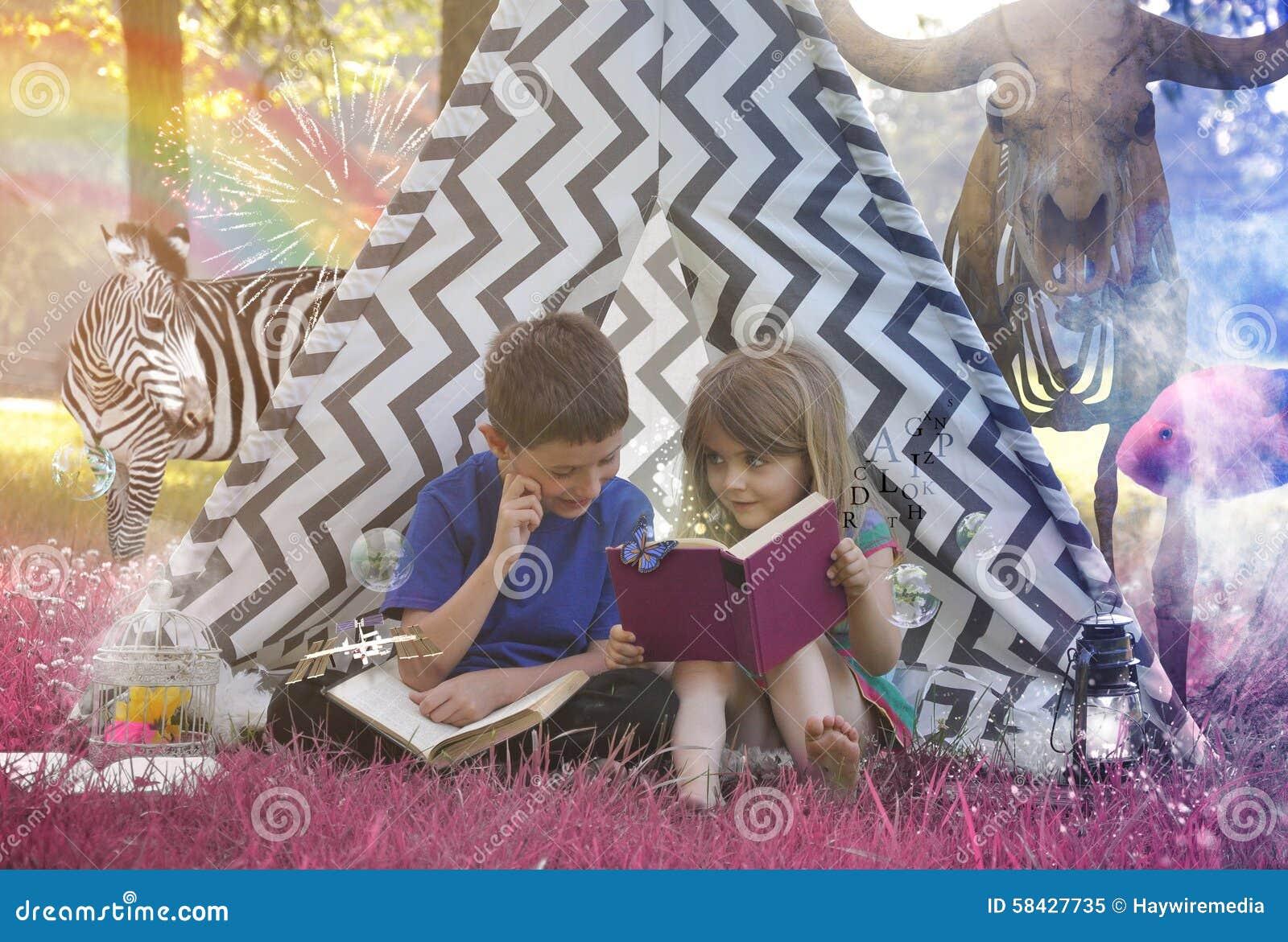 Kinder, die Tierphantasie-Geschichten-Buch lesen