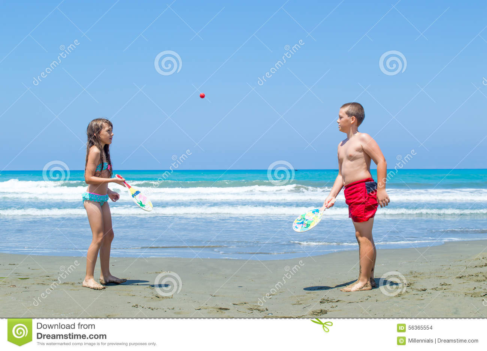 Kinder, die Wasserball spielen