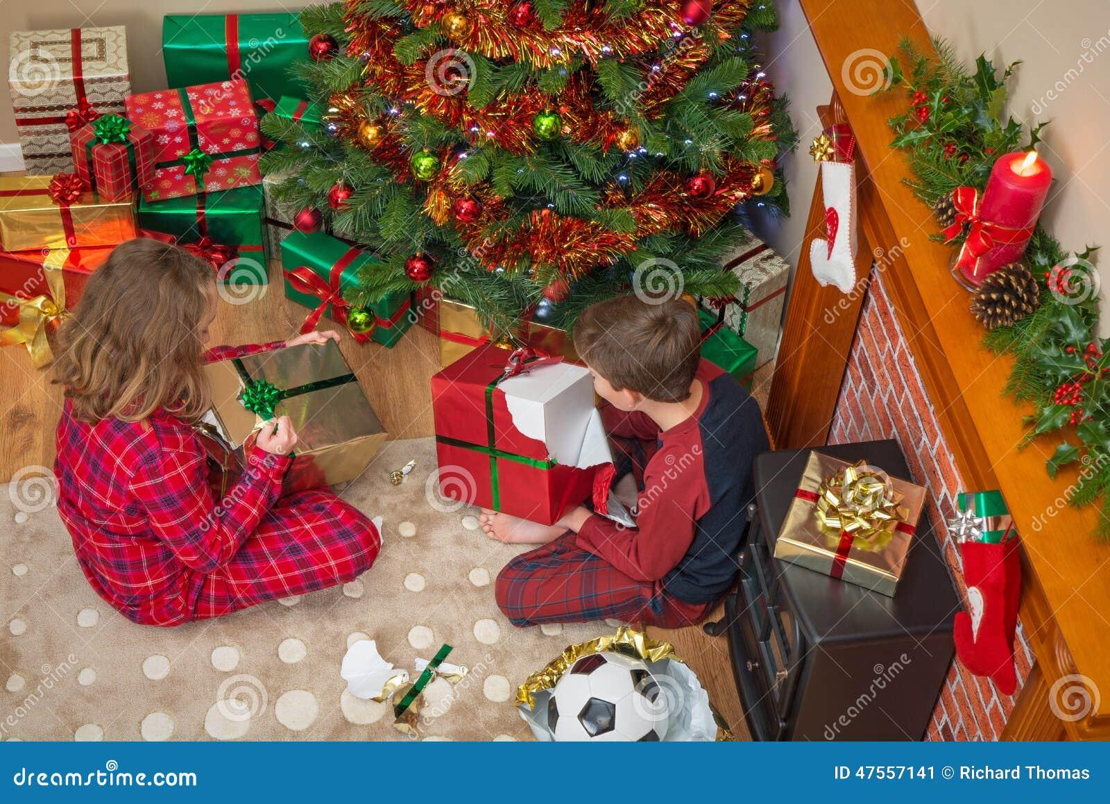 Kinder, Die Weihnachtsgeschenke Auspacken Stockbild - Bild von ...