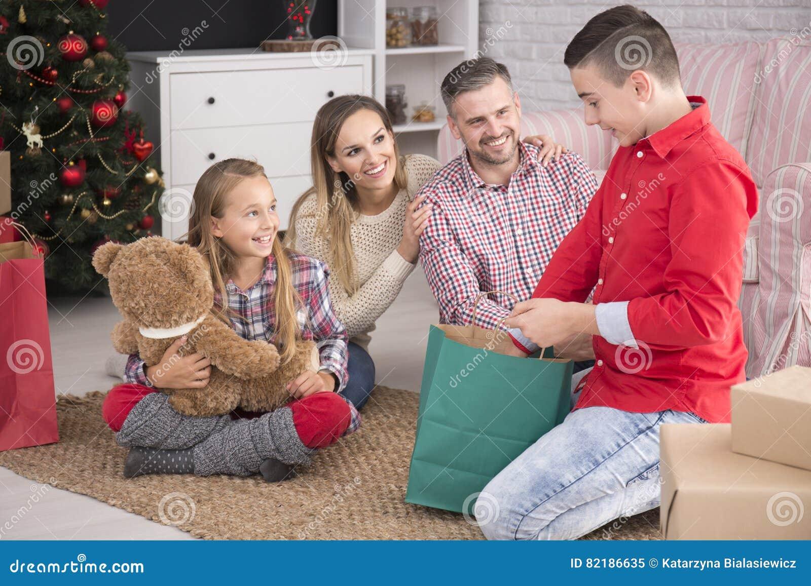 Die Weihnachtsgeschenke.Kinder Die Weihnachtsgeschenke Auspacken Stockbild Bild Von