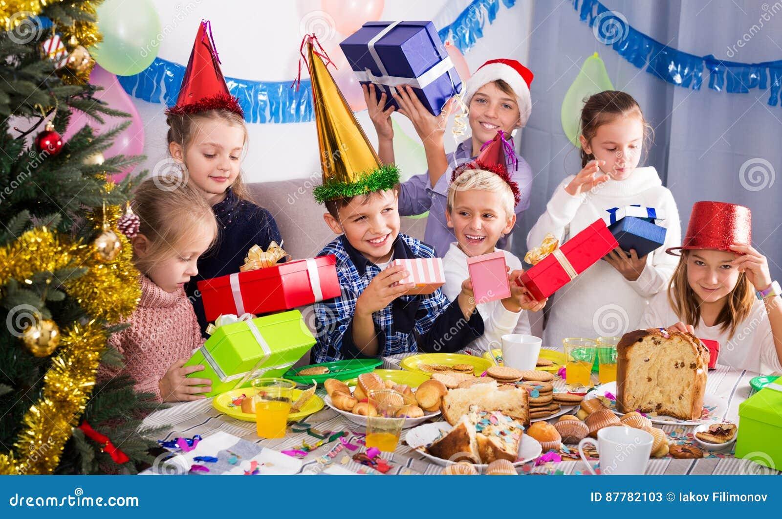 Kinder, Die Weihnachtsgeschenke Austauschen Stockbild - Bild von ...