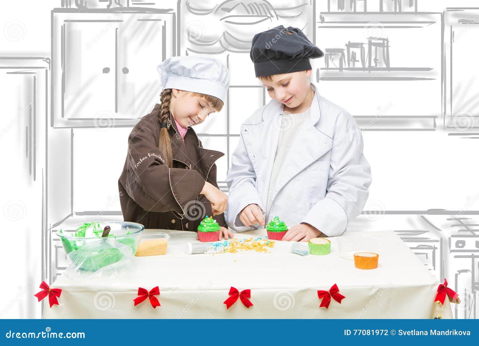 Kinder Die Weihnachtskleine Kuchen Machen Stockfoto Bild Von