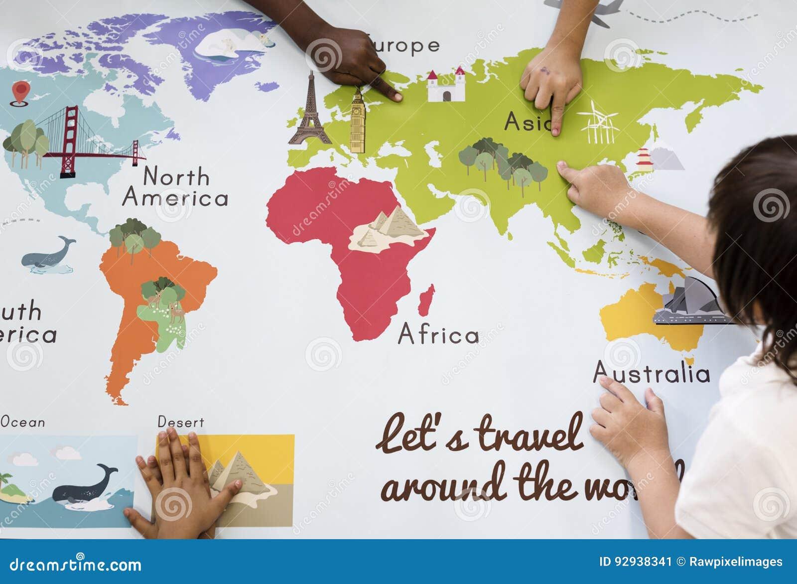 Kinder, die Weltkarte mit Kontinent-Land-Ozean Geograph lernen