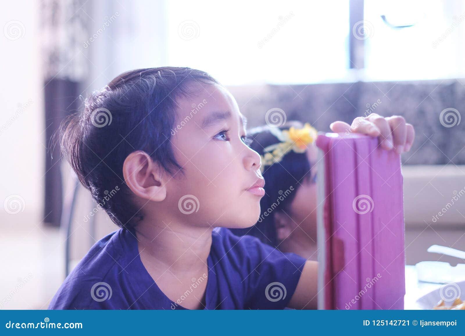 Kinder, Die Zu Hause Fernsehen Stockbild - Bild von hause