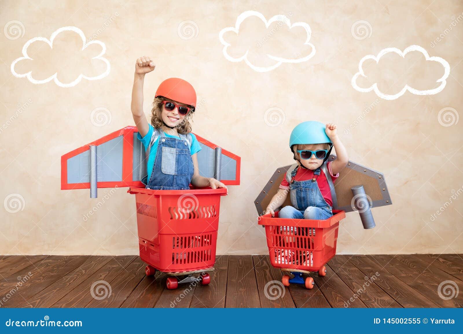 Kinder, die zu Hause mit Raketenrucksack spielen
