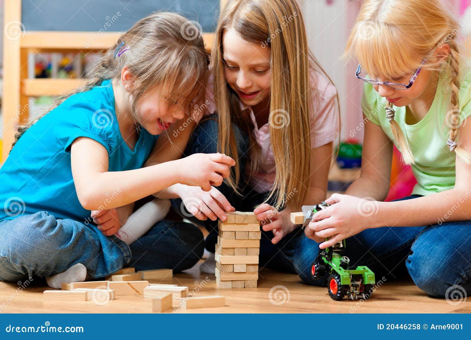 Kinder, Die Zu Hause Spielen Stockfoto - Bild von
