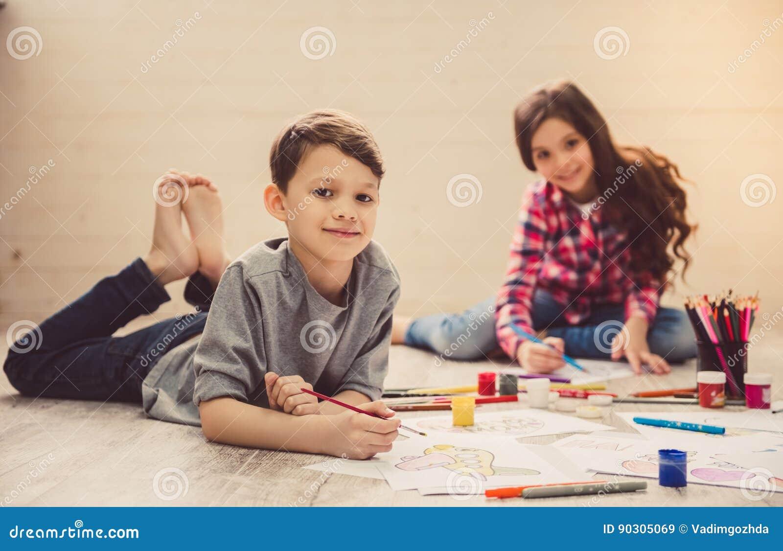 Kinder, die zu Hause zeichnen