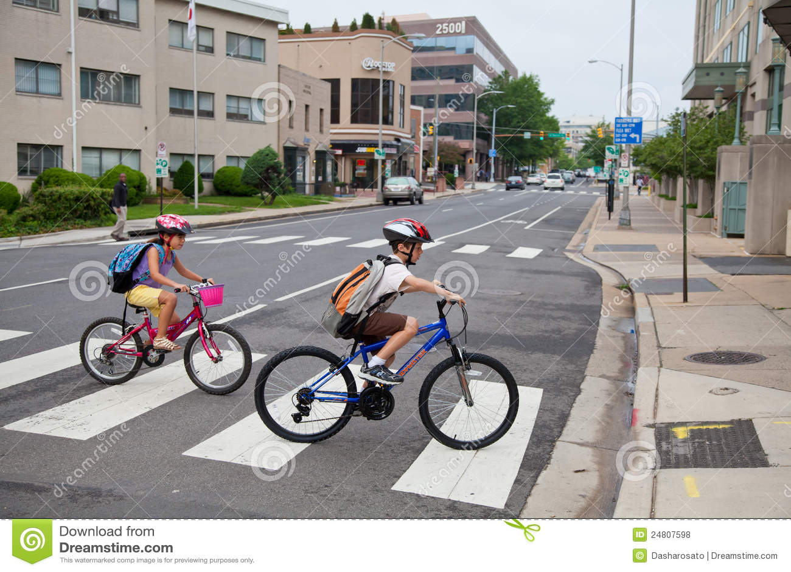 Kinder, die zur Schule radfahren
