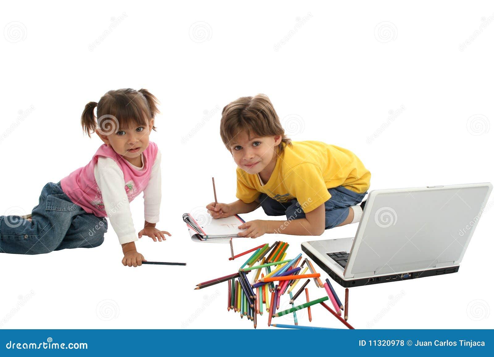 Kinder, die zusammen zeichnen