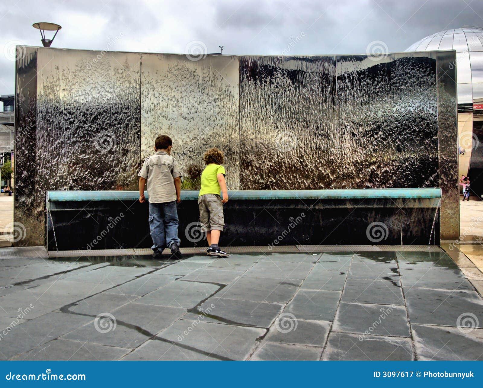Kinder durch Wassermerkmal