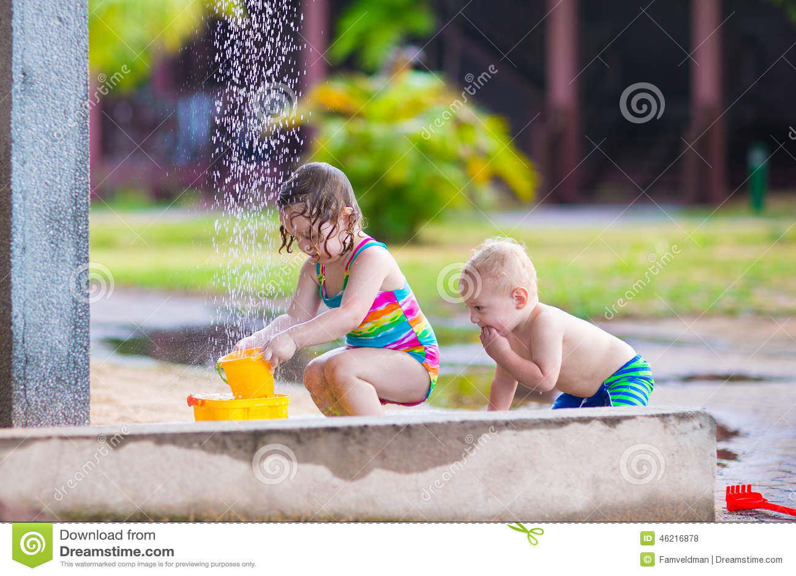 kinder in einer dusche im freien stockfoto bild von m dchen drau en 46216878. Black Bedroom Furniture Sets. Home Design Ideas