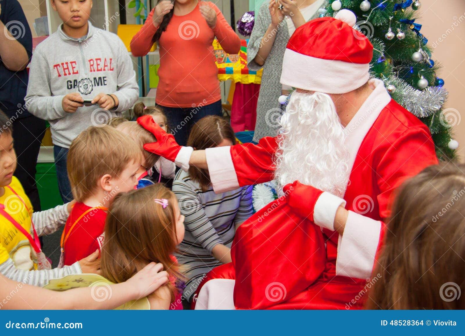 Kinder Erhalten Weihnachtsgeschenke Von Sankt Redaktionelles ...