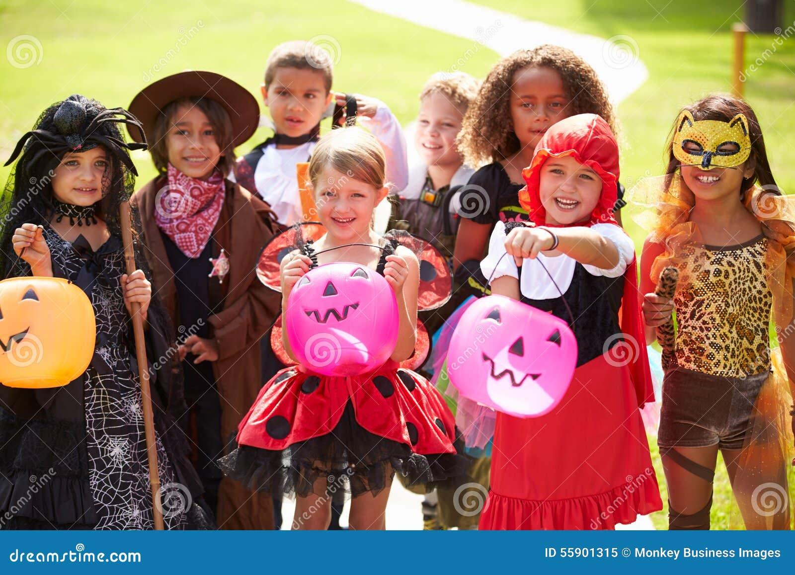 Kinder in fantastisches der Kostüm-Kleidergehendem Trick oder -behandlung
