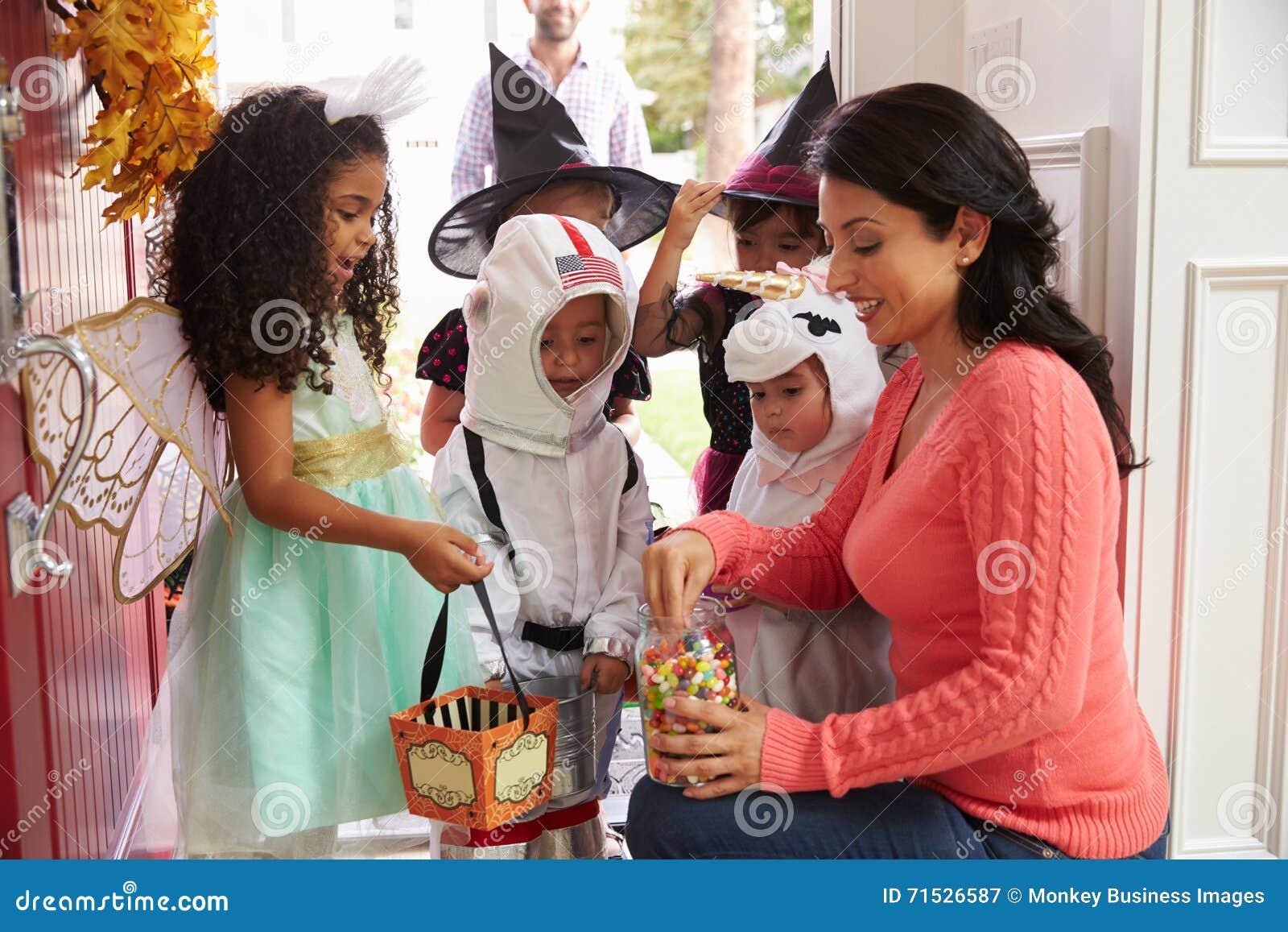 Kinder in Halloween kostümiert Trick oder die Behandlung
