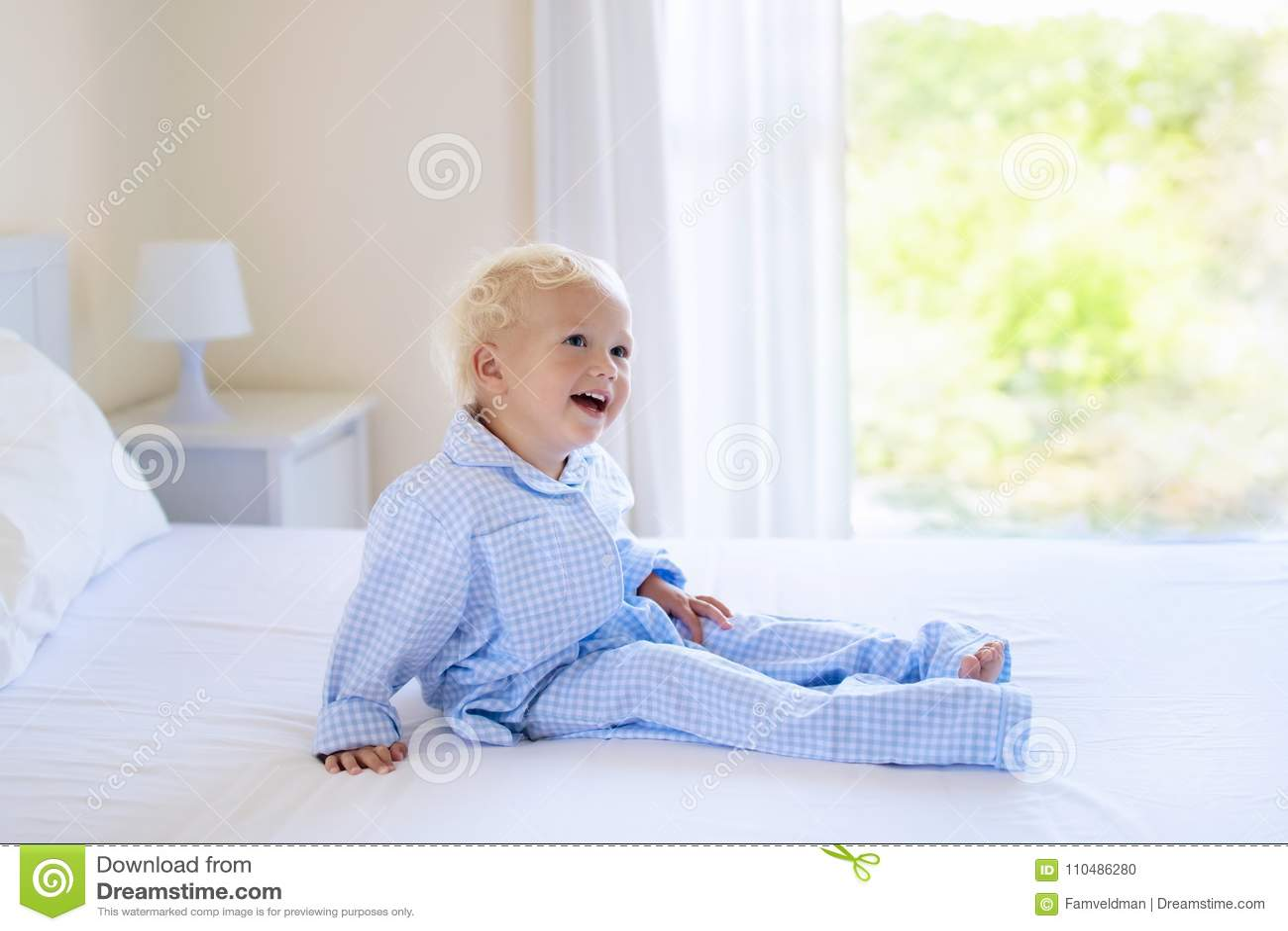 Kinder im bett kinder in den pyjamas familienschlafzimmer stockfoto