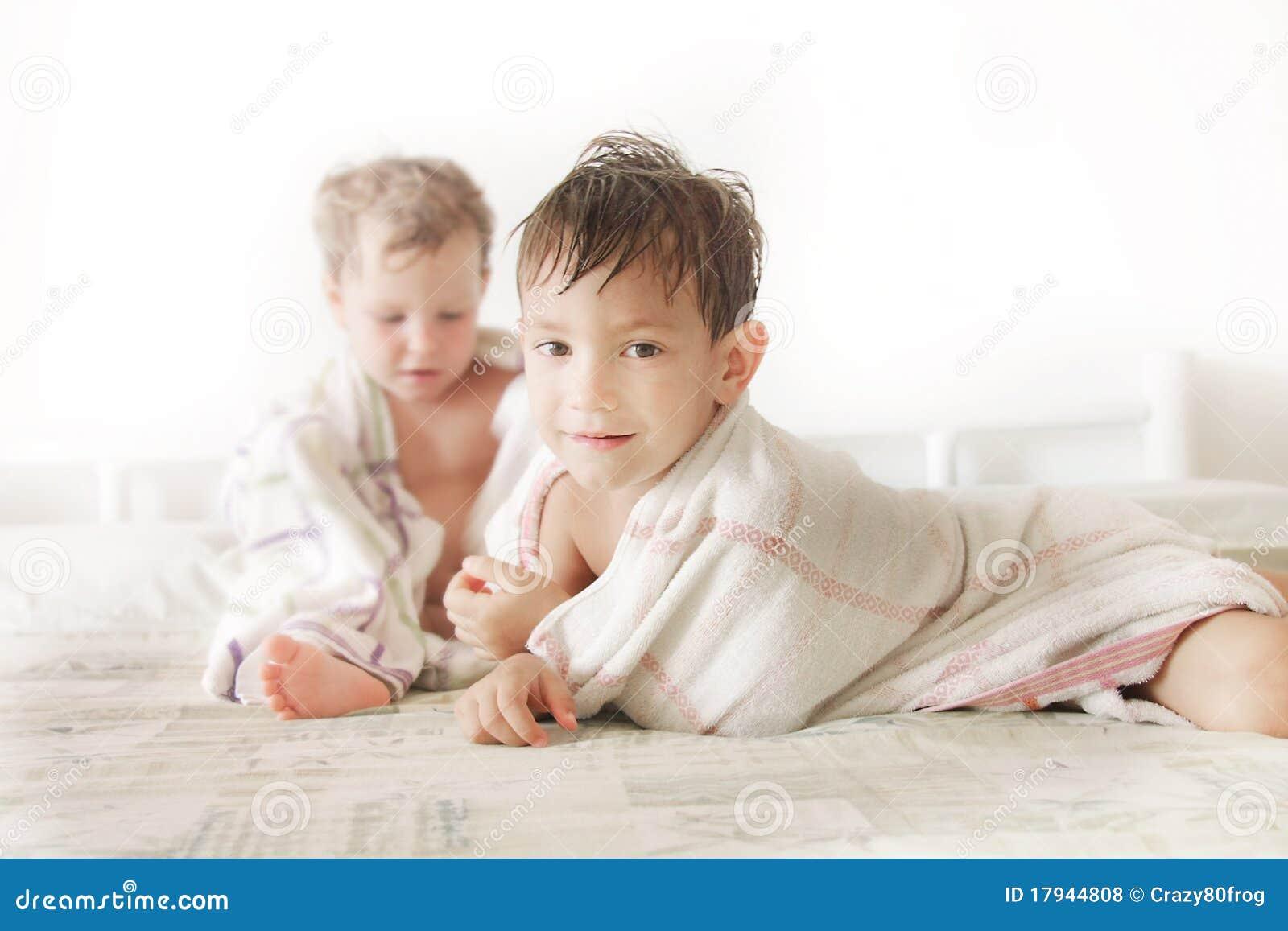 Kinder Im Bett Nach Dusche Lizenzfreie Stockfotos - Bild