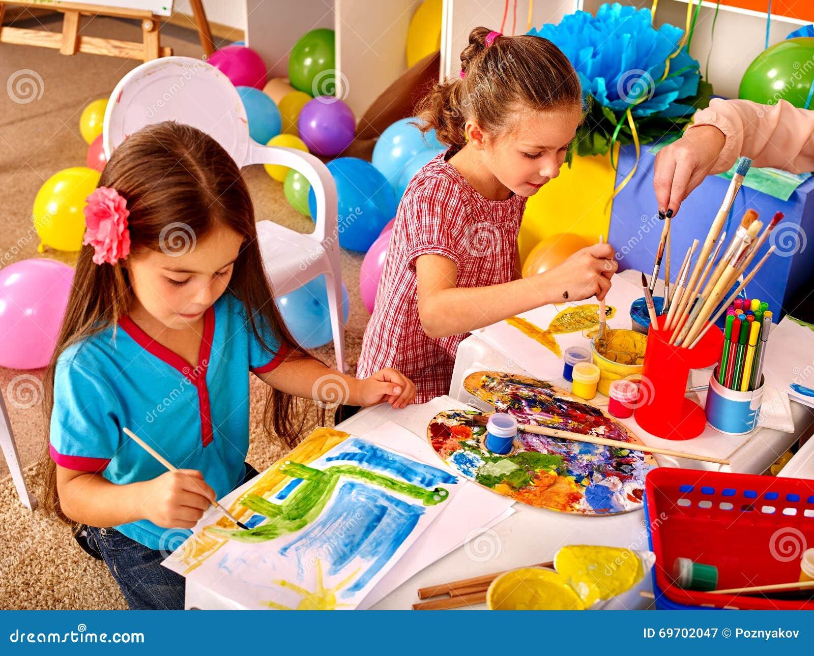 kinder lernen in vorbereitende schule auf h here ausbildung zu zeichnen stockbild bild von. Black Bedroom Furniture Sets. Home Design Ideas