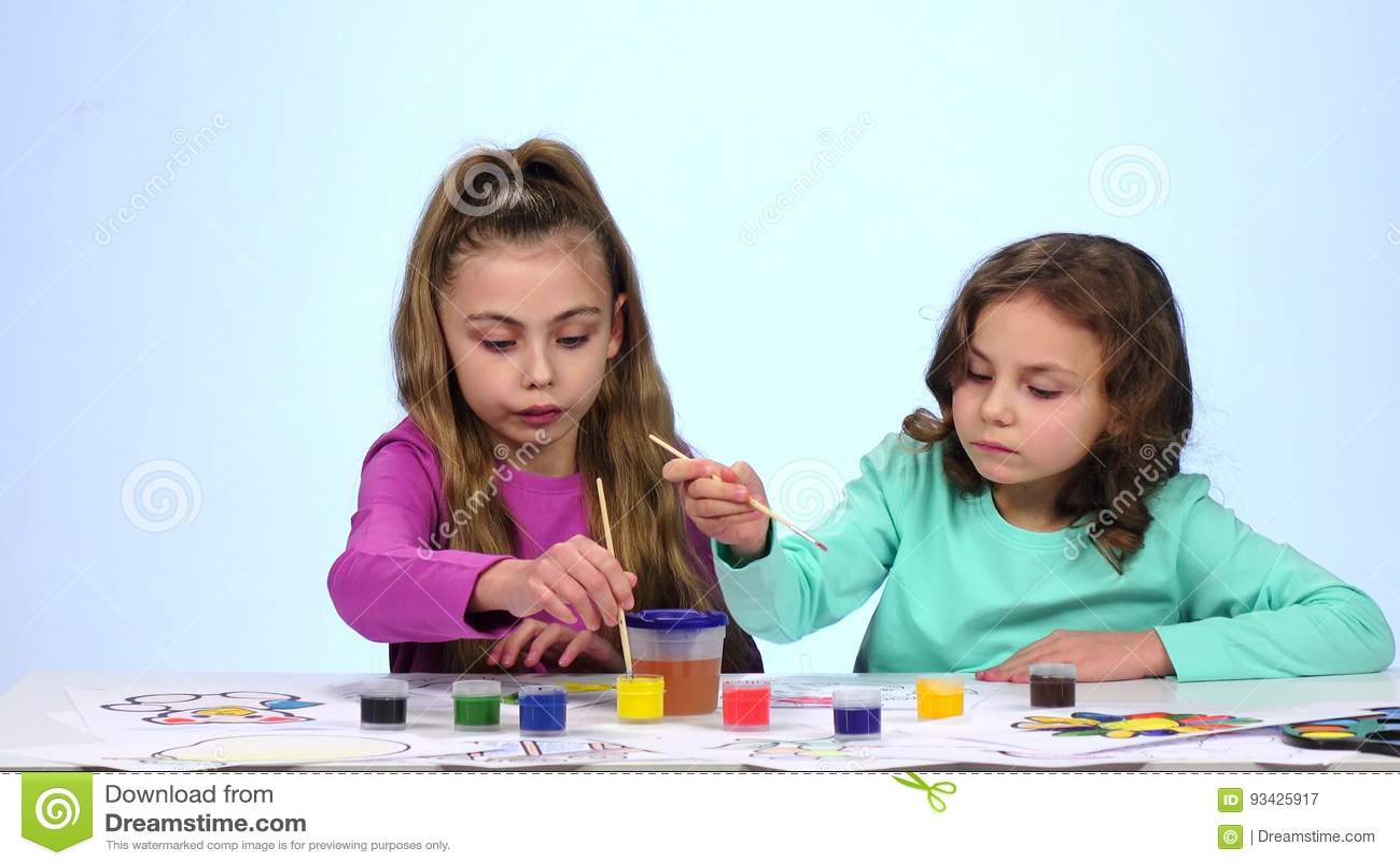 Kinder Malt Ein Bild Betupft Eine Bürste In Einem Glas Mit Wasser Abschluss Oben Weißer Hintergrund Geschossen Auf Kennzeichen