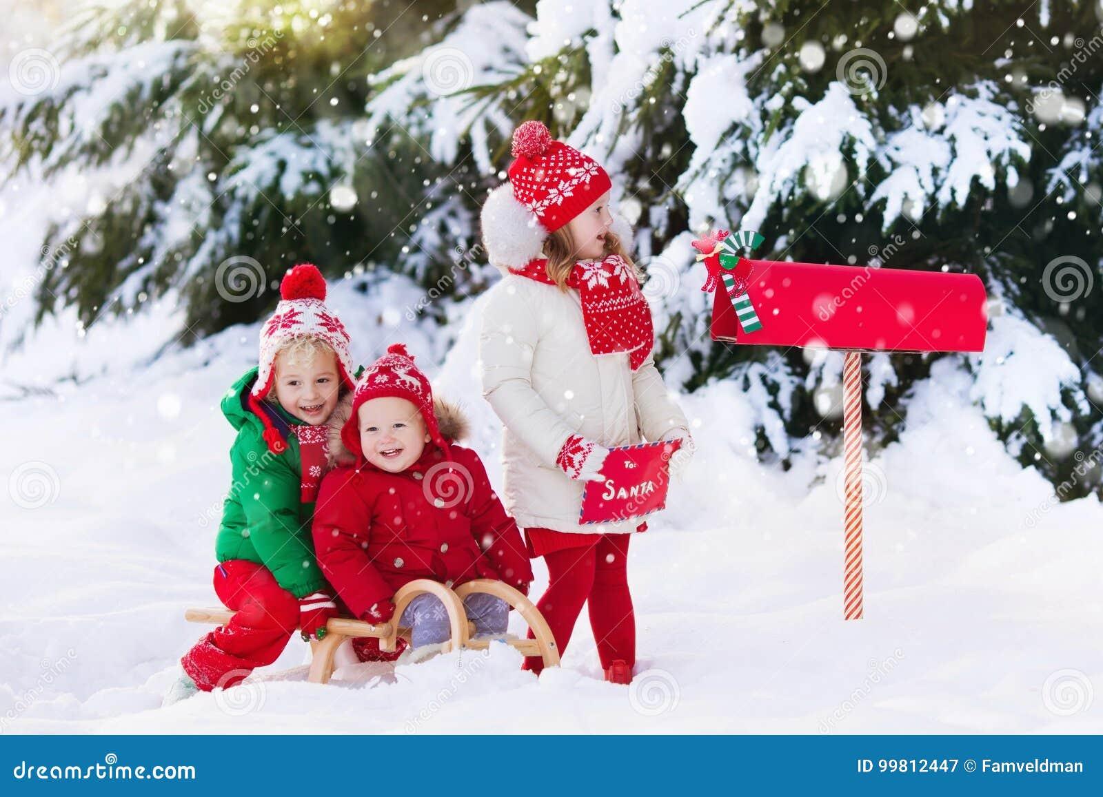 kinder mit buchstaben zu sankt am weihnachtsbriefkasten im
