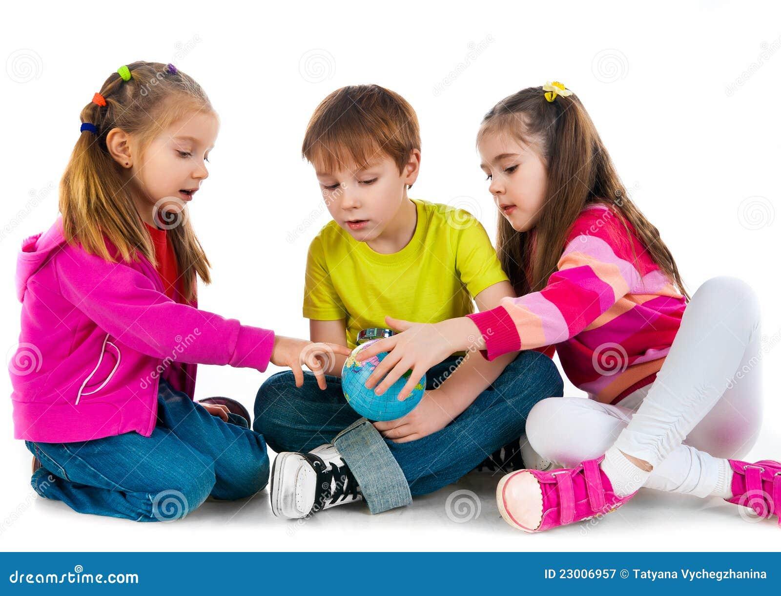 Kinder flirten mit der welt