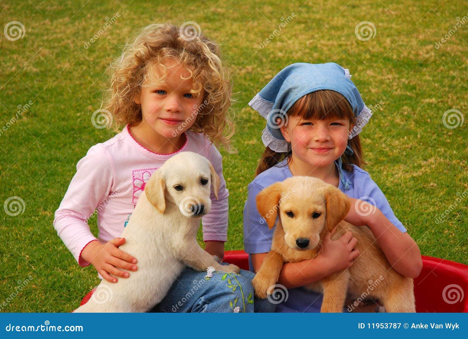 Kinder mit Welpen