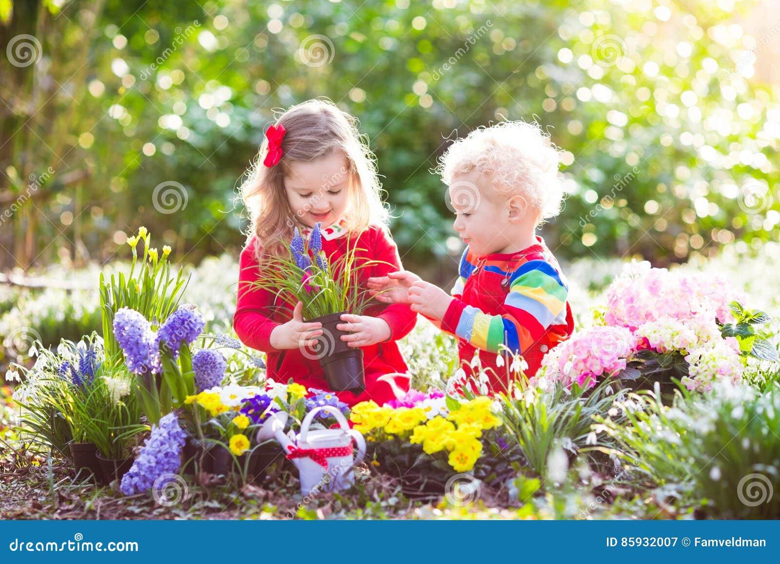 Kinder pflanzen und w ssern garten der blumen im fr hjahr for Garten pflanzen blumen
