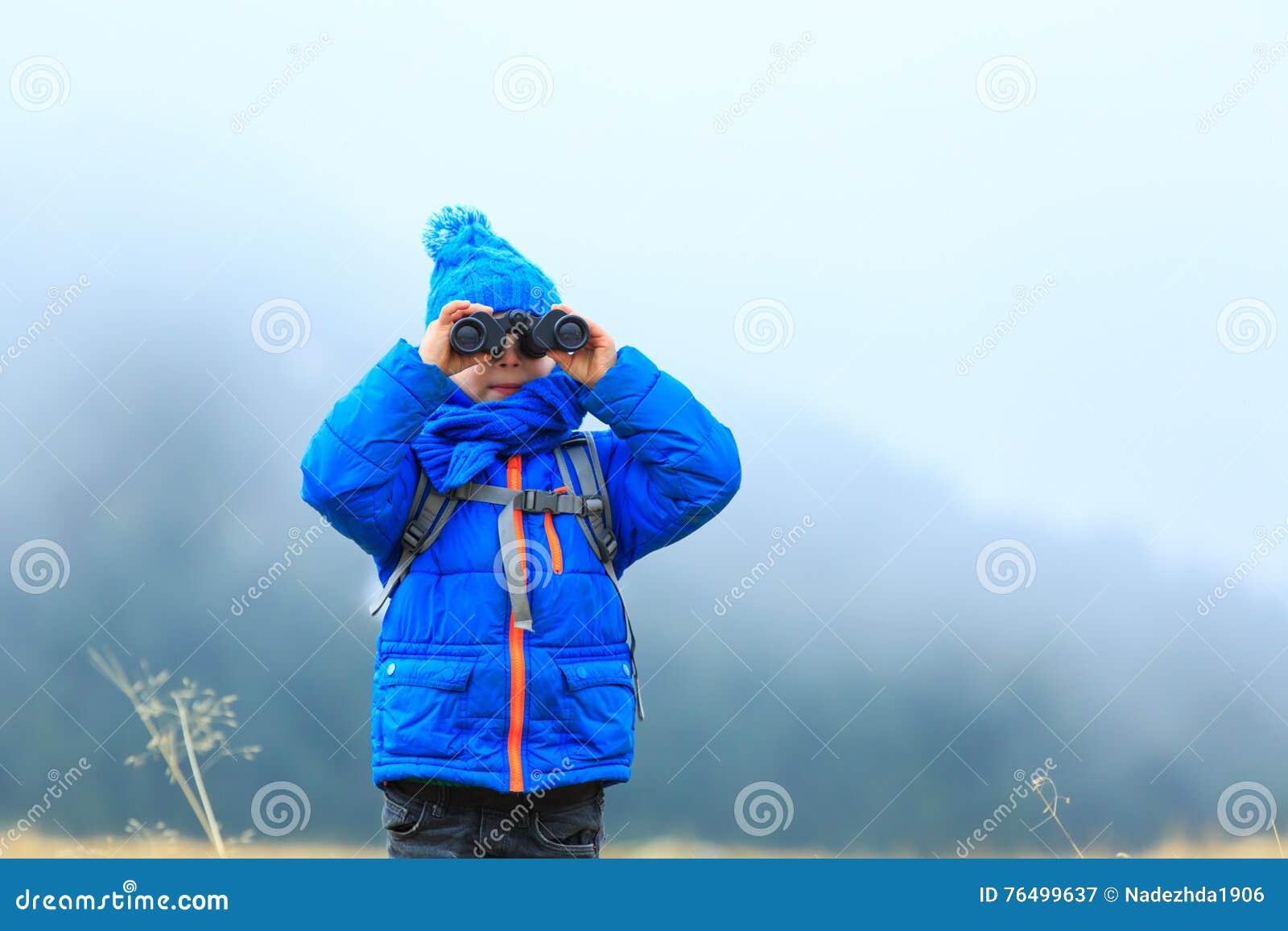 Kinder reisen kleiner junge mit den ferngläsern die in den