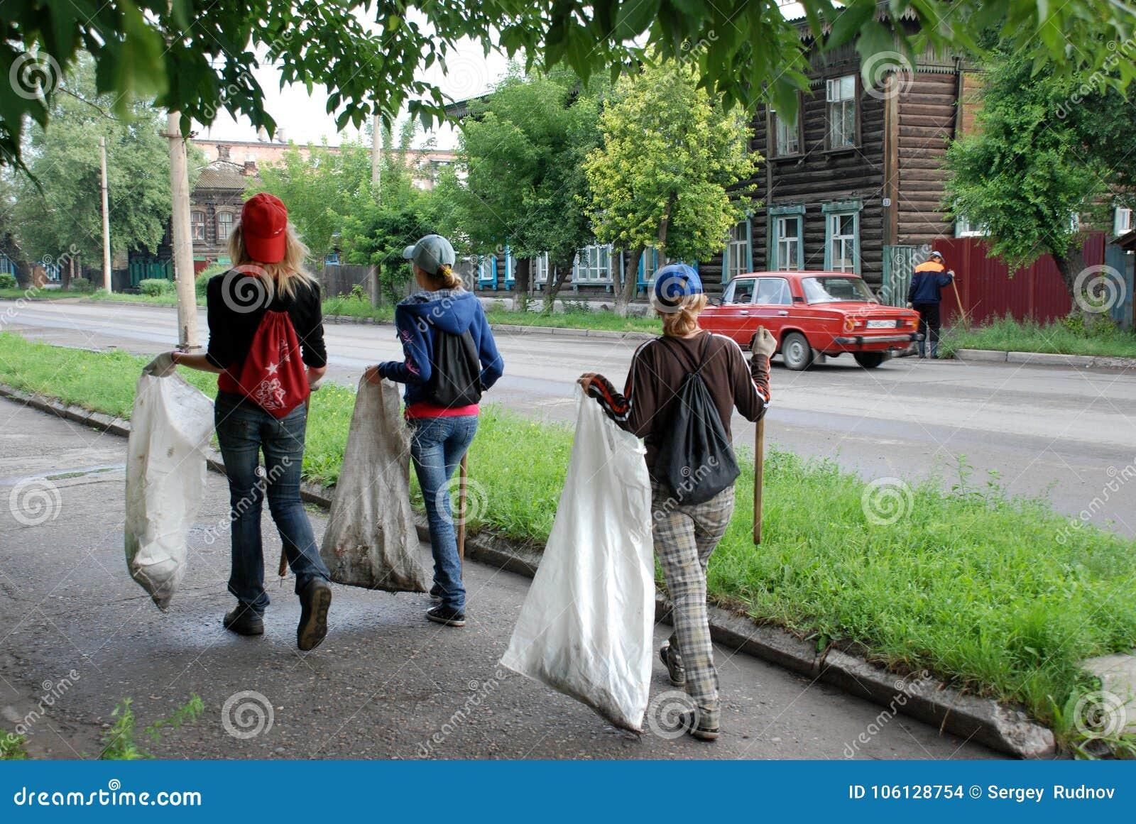 Kinder sammeln Abfall Zeichen der Zeiten