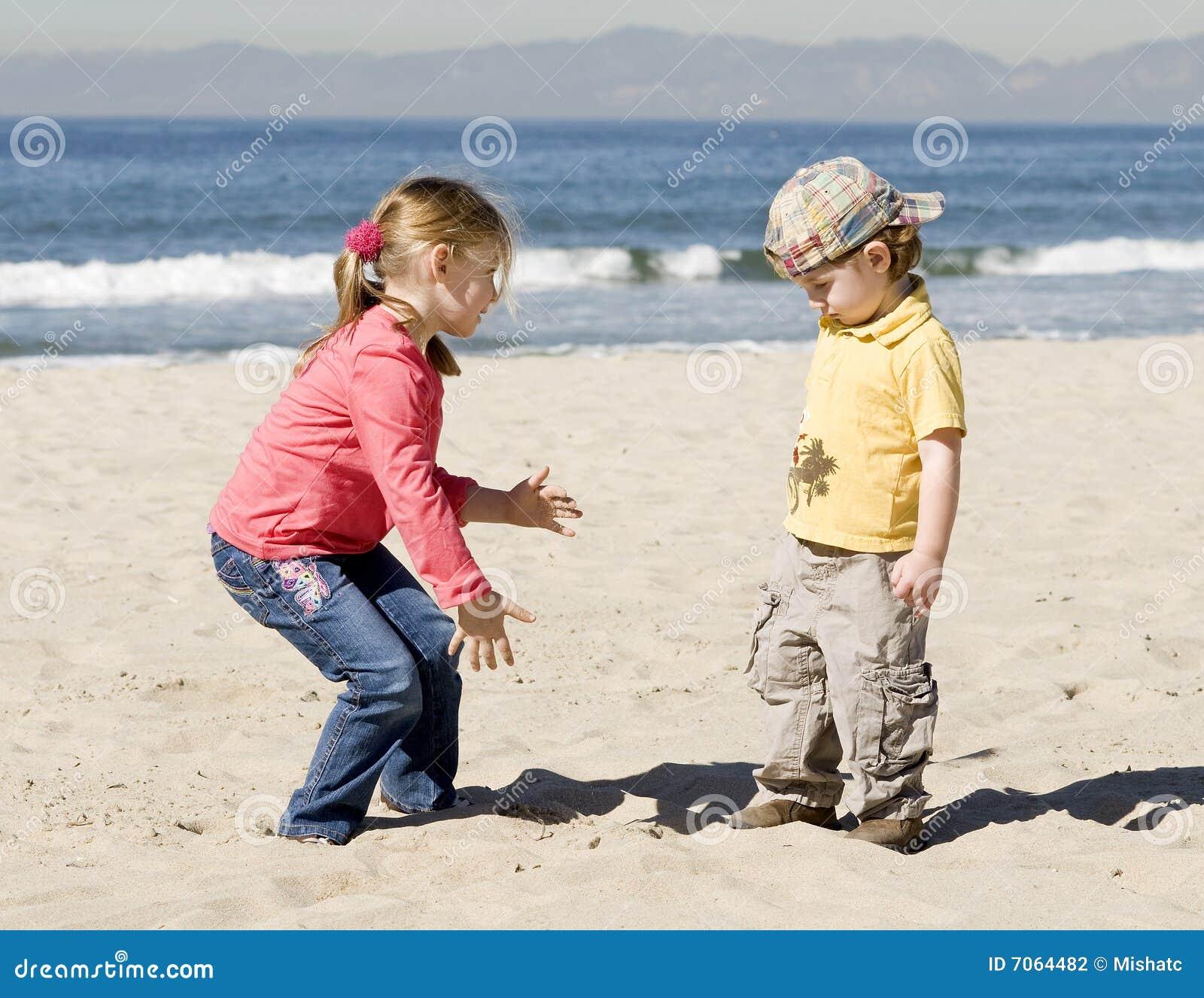 Kinder spielen auf Strand