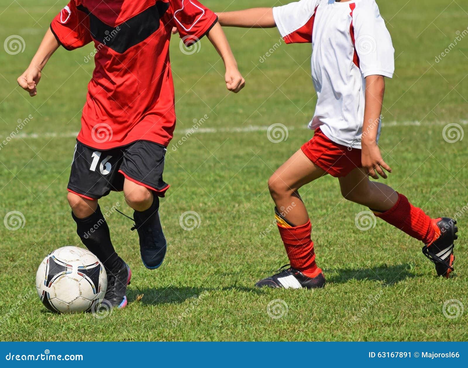 size 40 58ed9 37348 Kinder spielen Fußball stockbild. Bild von gras, kleidung ...