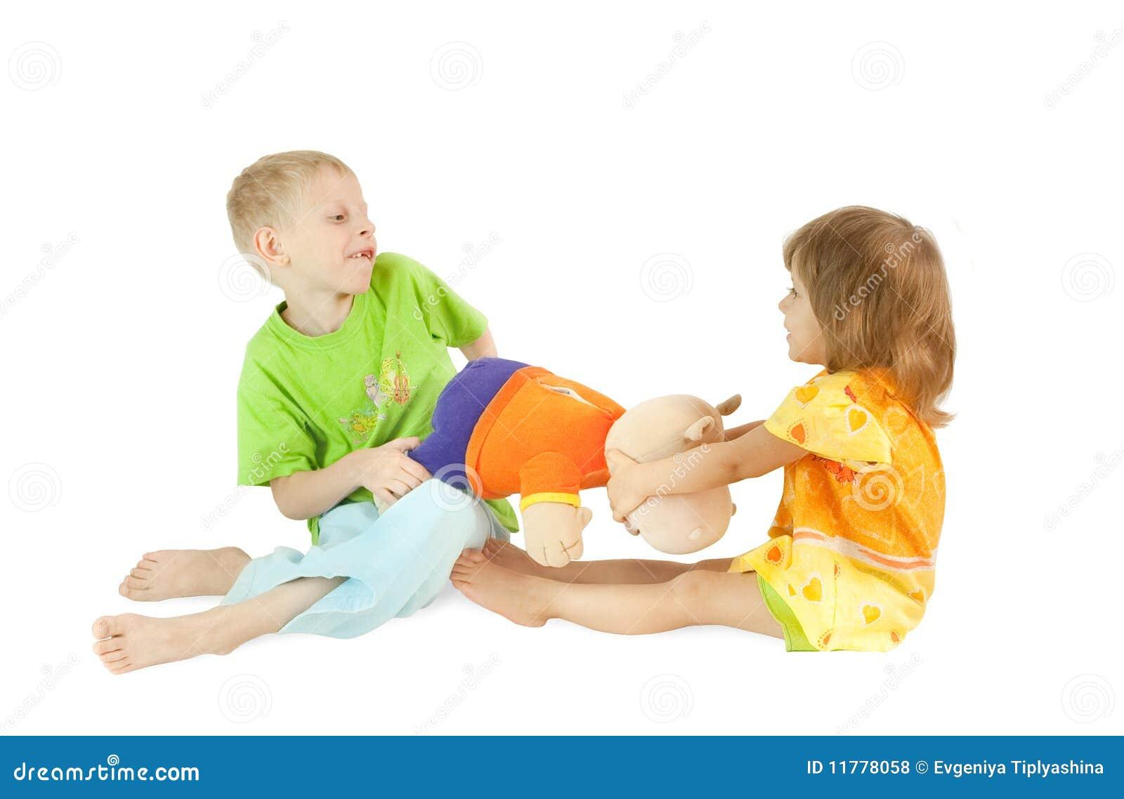 Kinder teilen ein spielzeug stockfoto bild