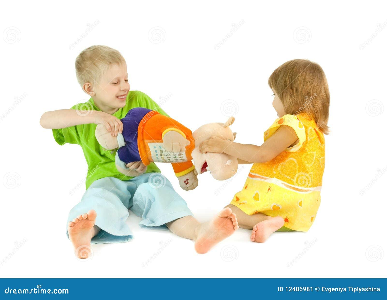 Kinder teilen ein spielzeug stockbild bild