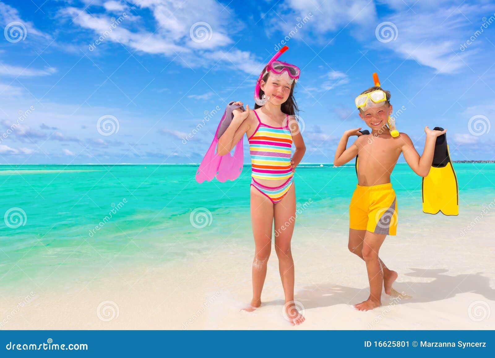 Kinder und Snorkels am Strand