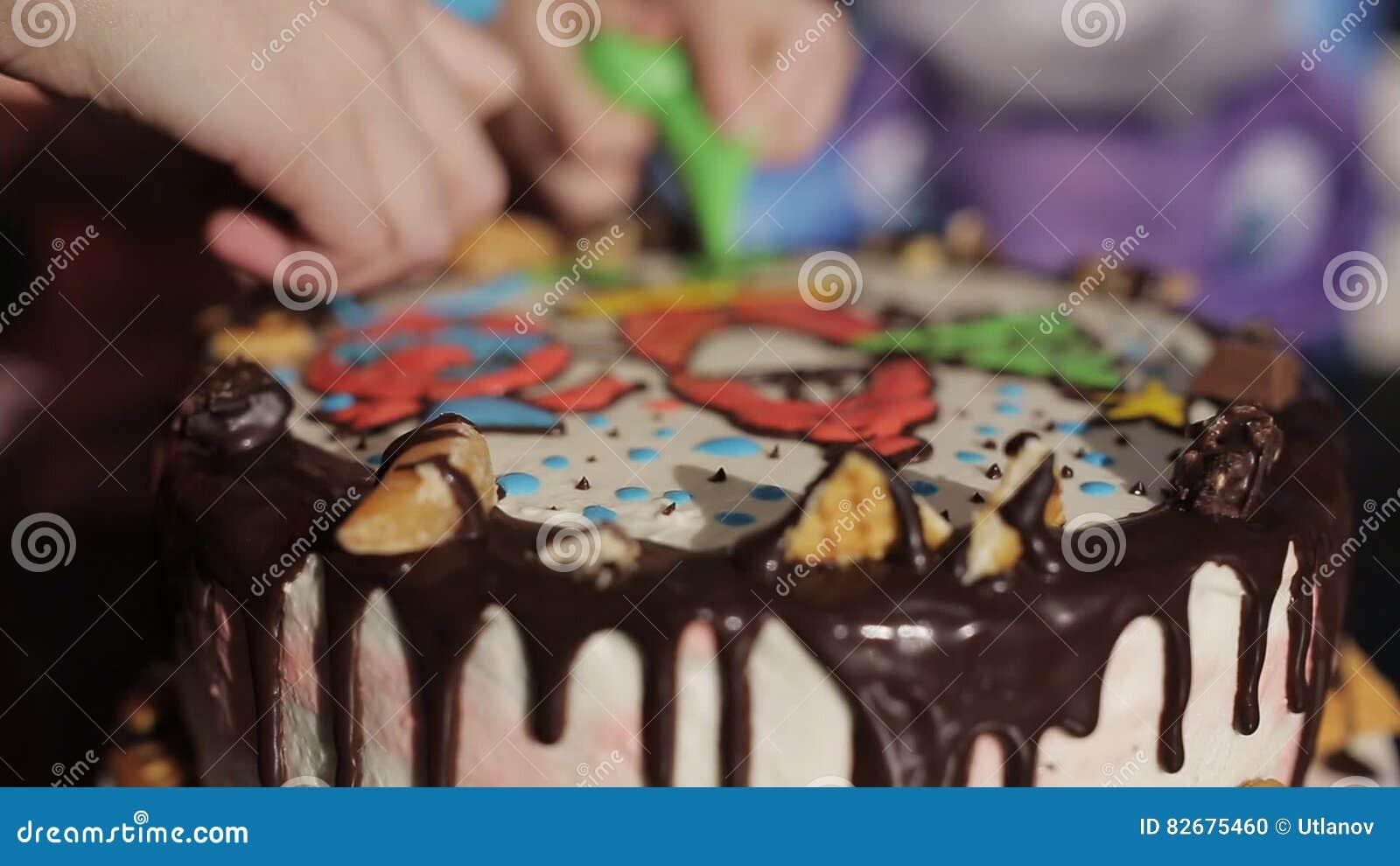 Kinder Verzieren Den Kuchen Mit Sahne Und Tragen Fruchte Nahaufnahme
