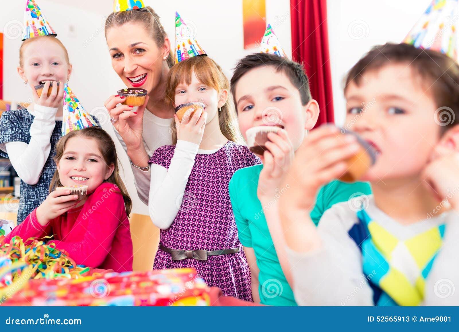 Kinder Welche Die Kleinen Kuchen Feiern Geburtstag Essen Stockbild