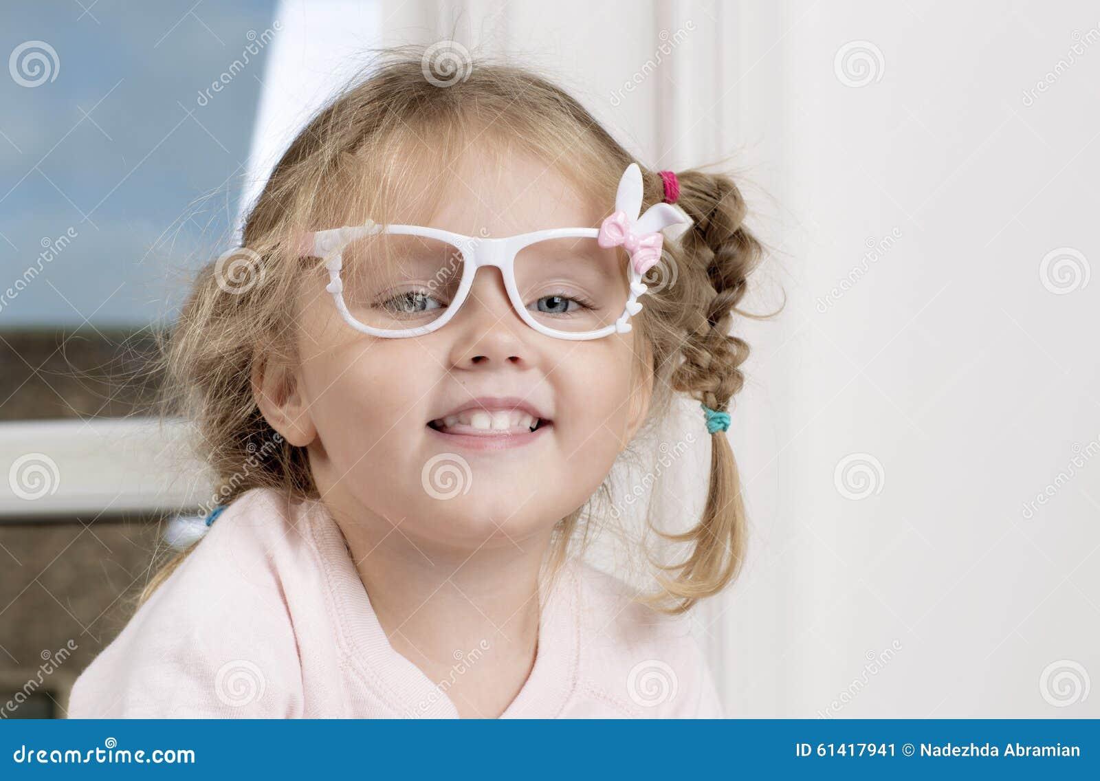 Kinderbild in den Gläsern