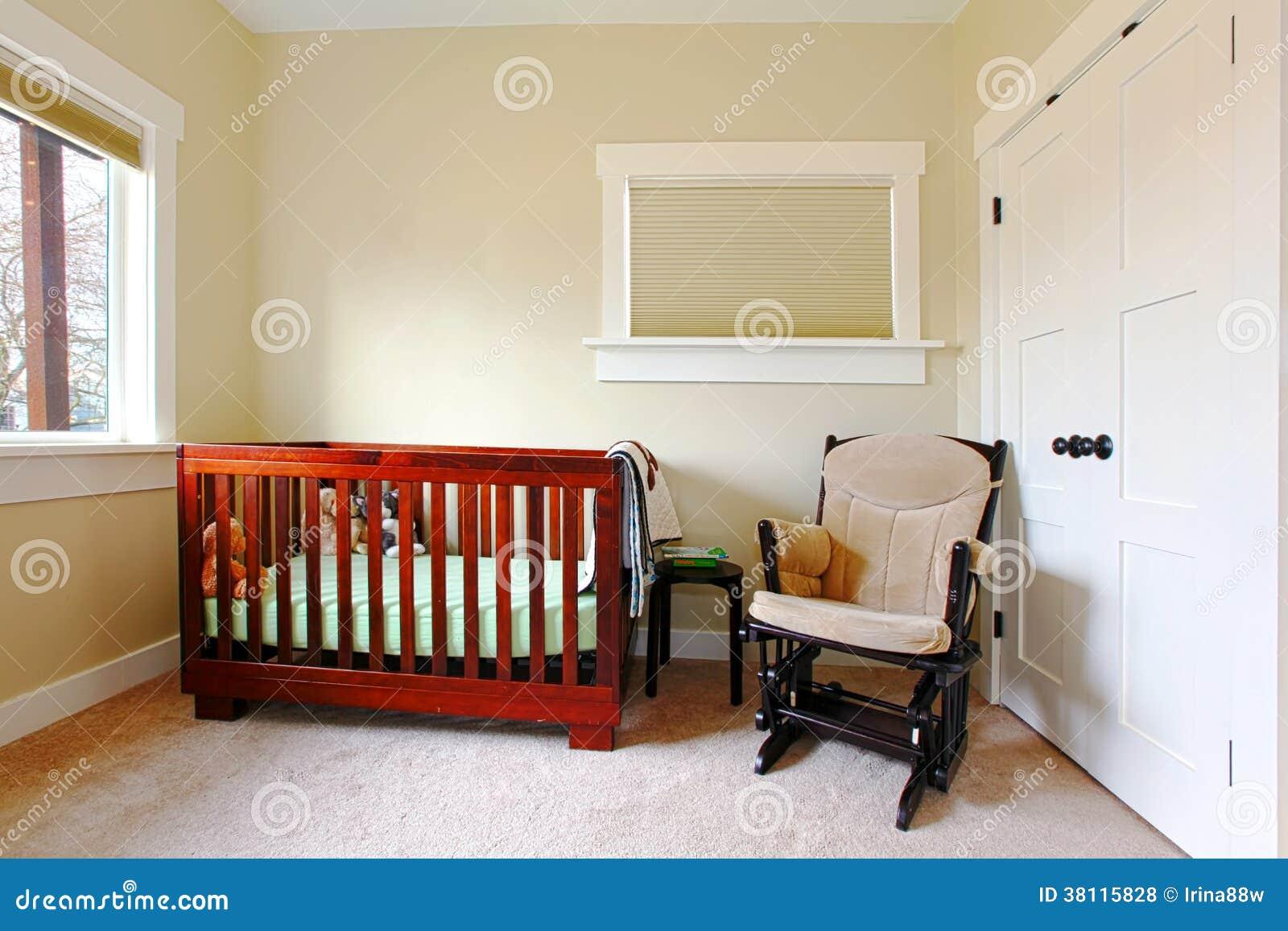 Kinderdagverblijf met het eenvoudige plaatsen en beige muren royalty vrije stock foto 39 s beeld - Eetkamer leunstoel ...