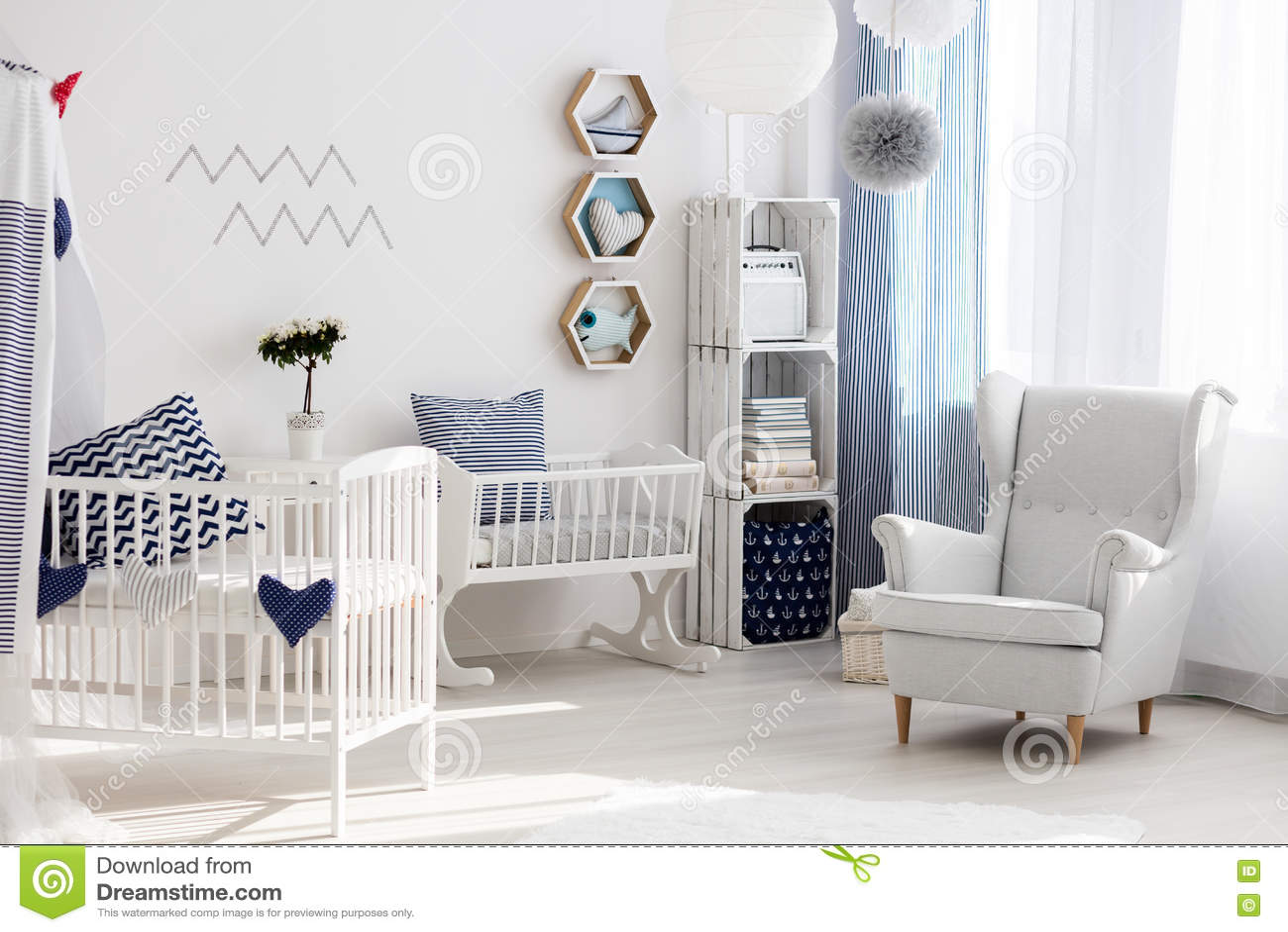 Kinderdagverblijf met witte stoel en wieg