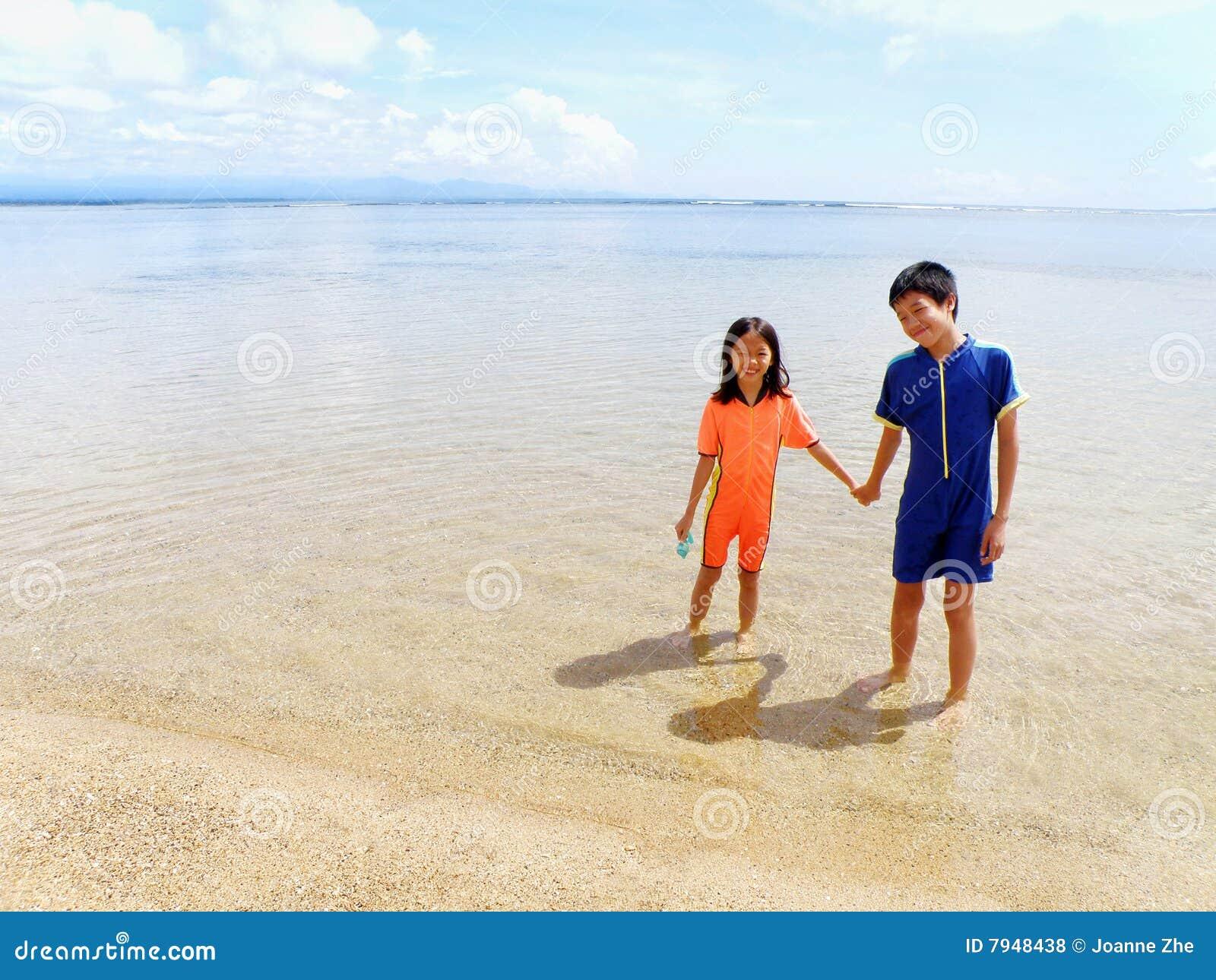 Kinderen bij het strand