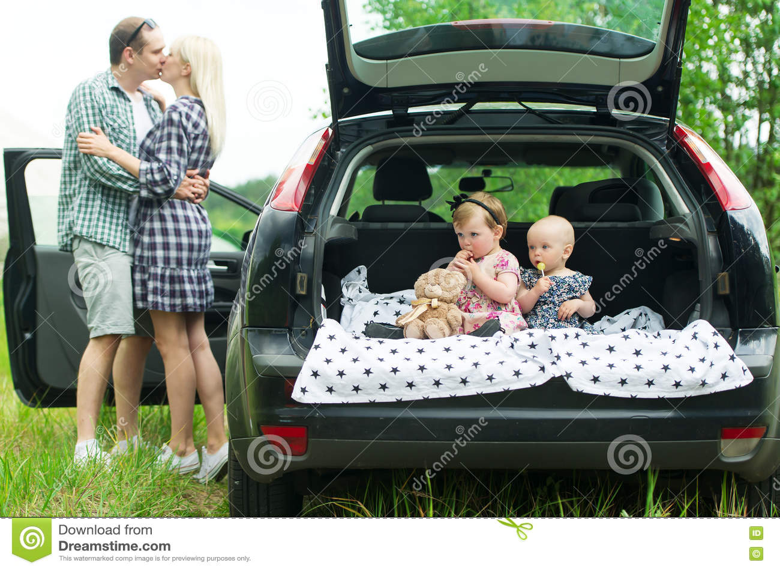 Kinderen die in autoboomstam zitten de ouders bevinden zich