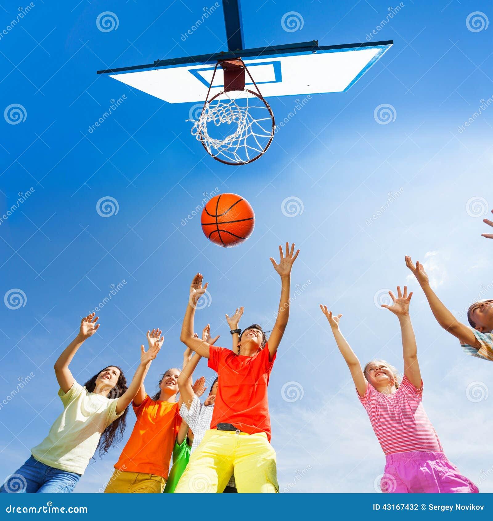 Kinderen die basketbalmening van bodem spelen