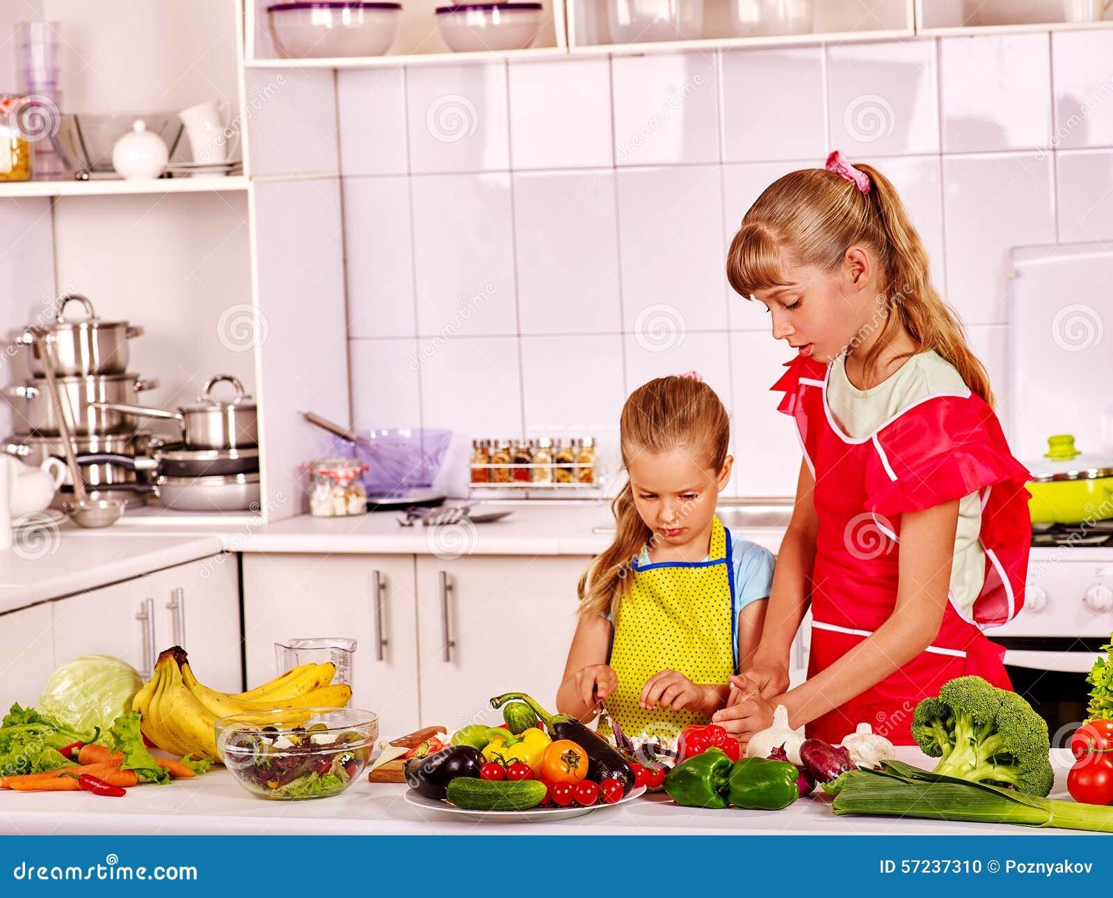 Keuken Voor Kinderen : Kinderen die bij keuken koken stock foto afbeelding bestaande
