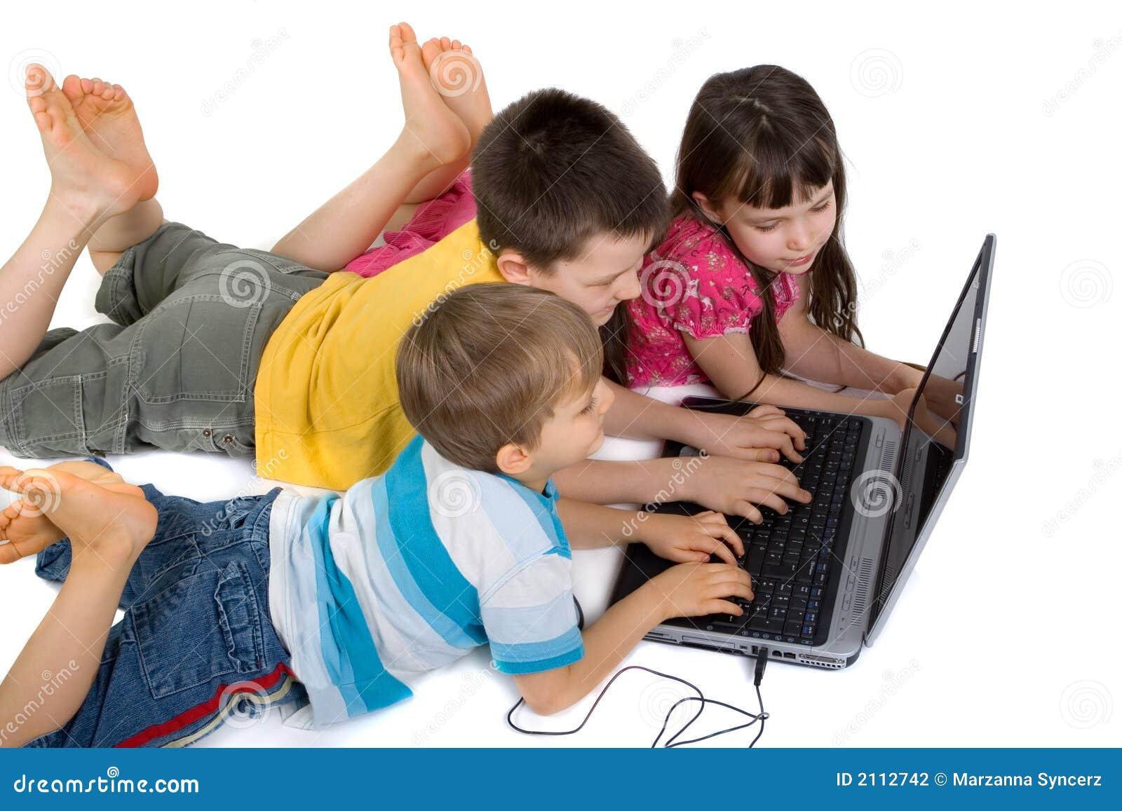 Kinderen Die Bij Laptop Computer Spelen Stock Foto