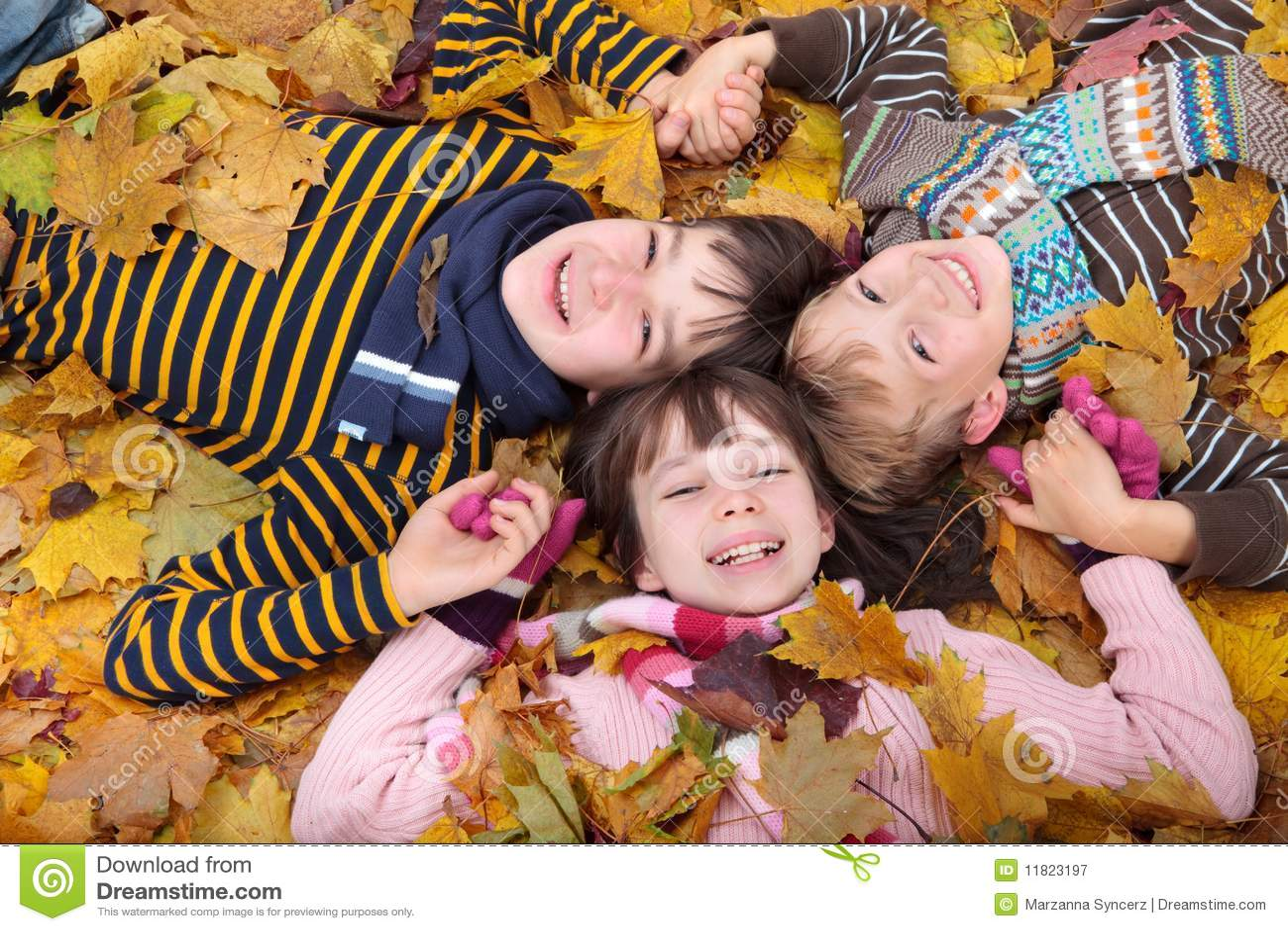Kinderen die in de Herfst spelen