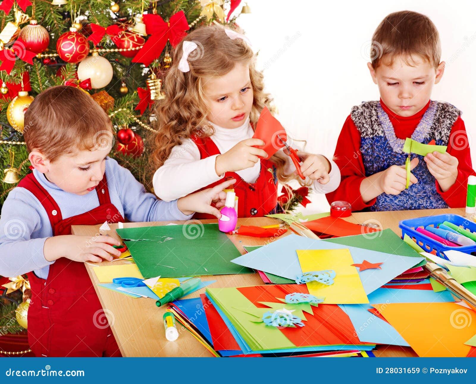 Kinderen die decoratie maken voor kerstmis royalty vrije stock afbeeldingen beeld 28031659 - Decoratie eenvoudig voor het leven ...