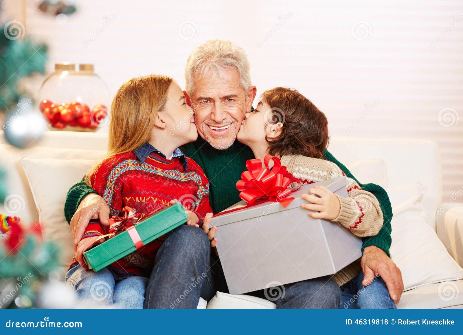 Kussen Voor Kinderen : Twee gelukkige kinderen is het geven van hun moeder een knuffel