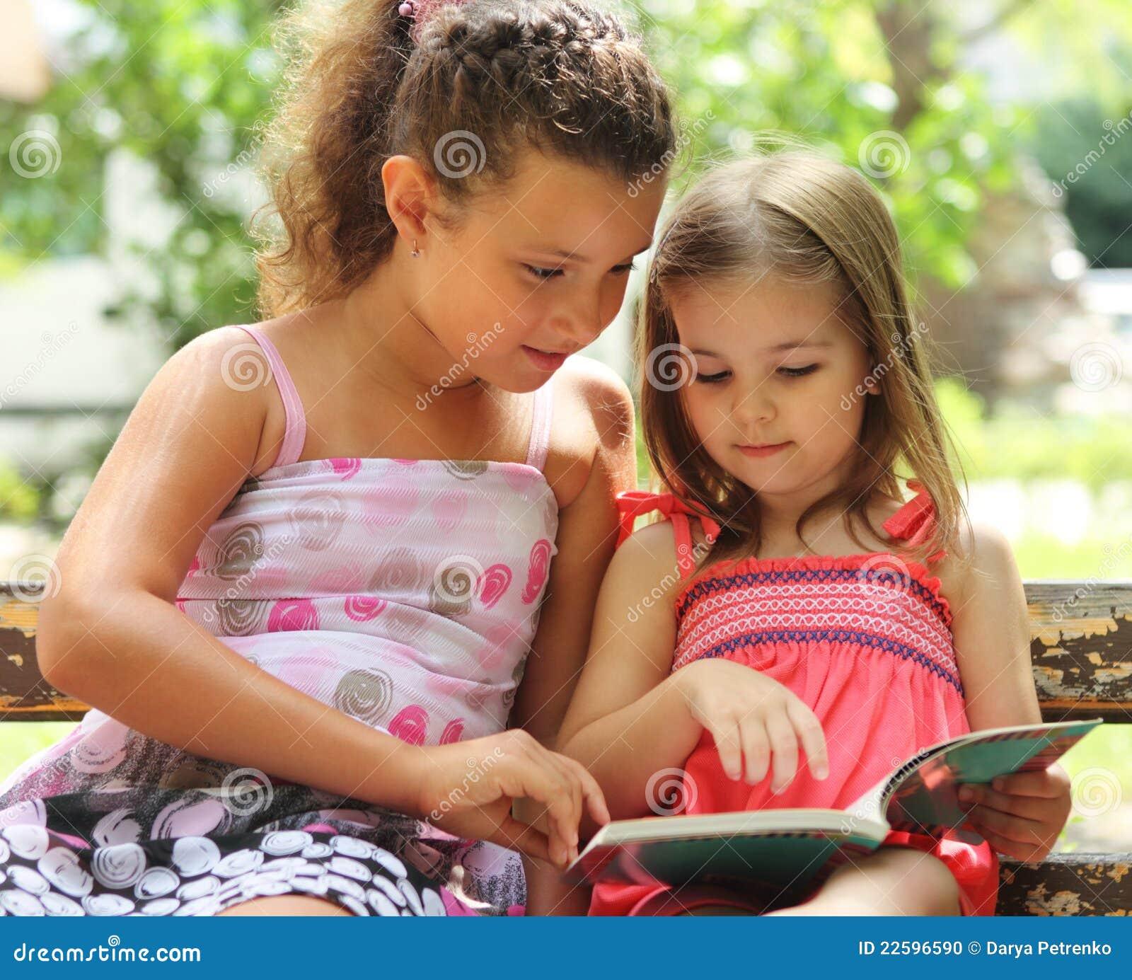 Kinderen die het boek lezen