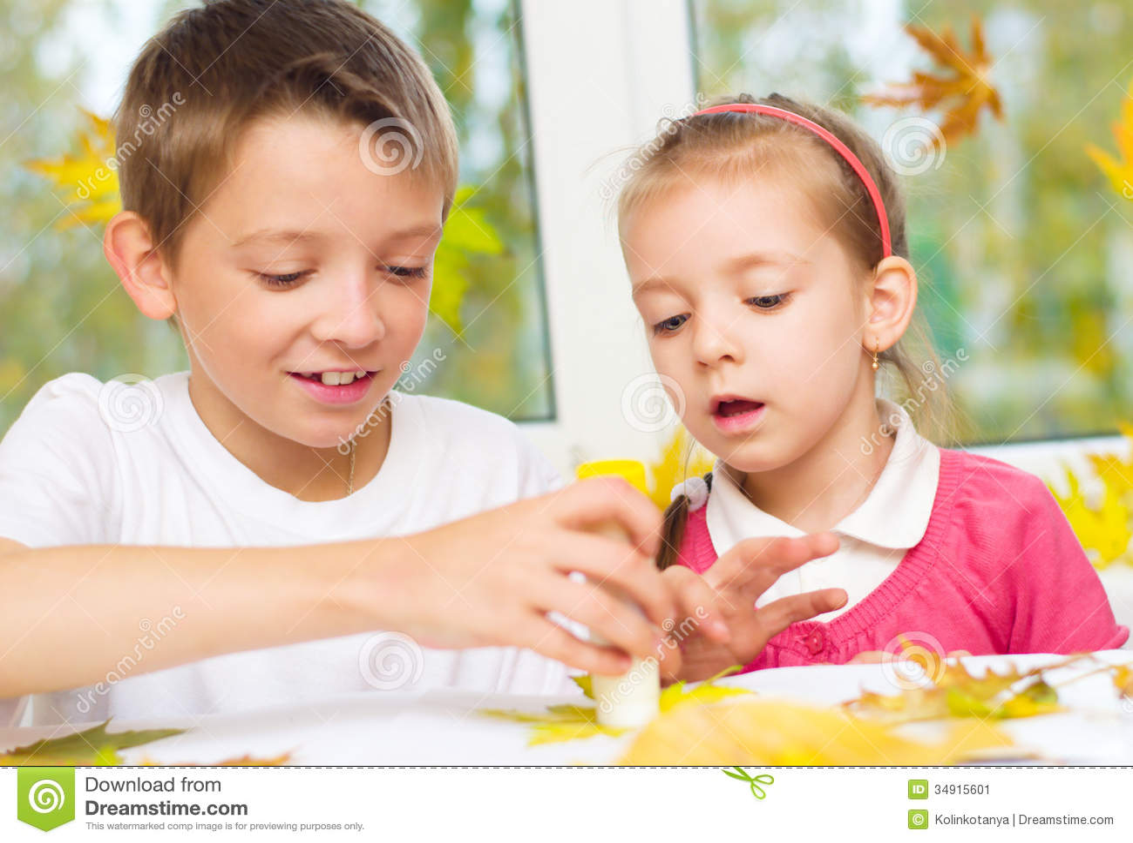 Kinderen die kunsten en ambachten doen