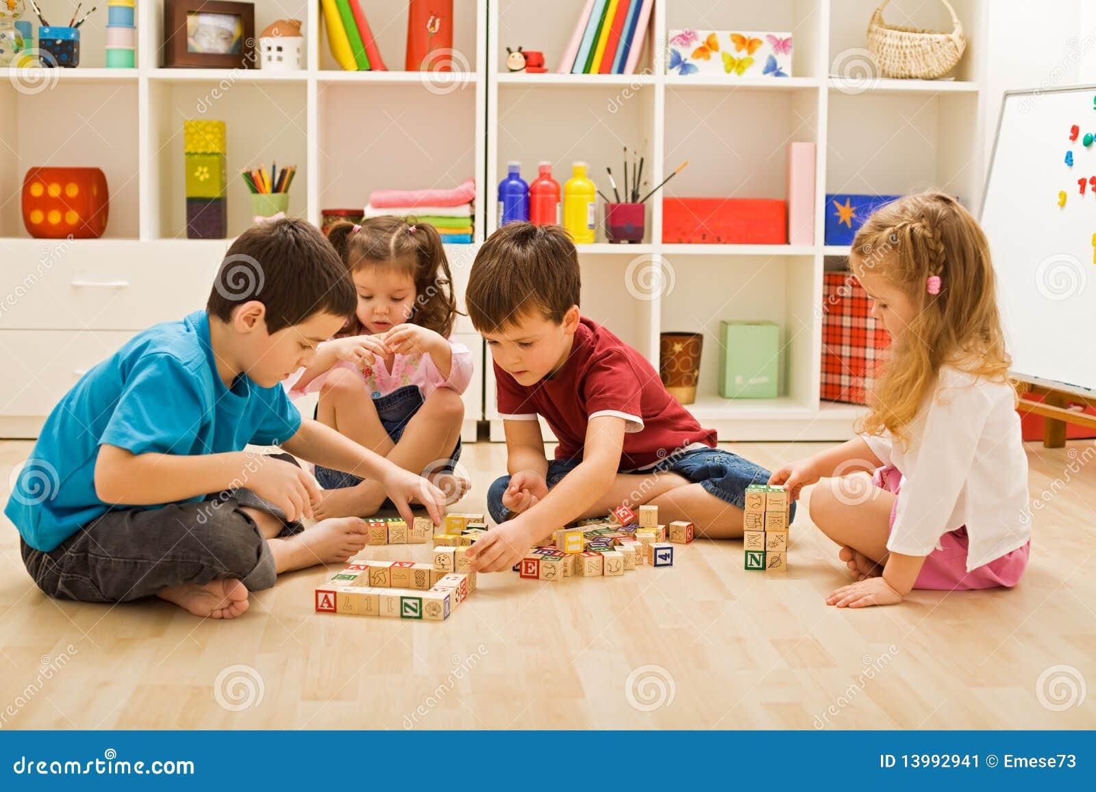 Kinderen die met blokken spelen